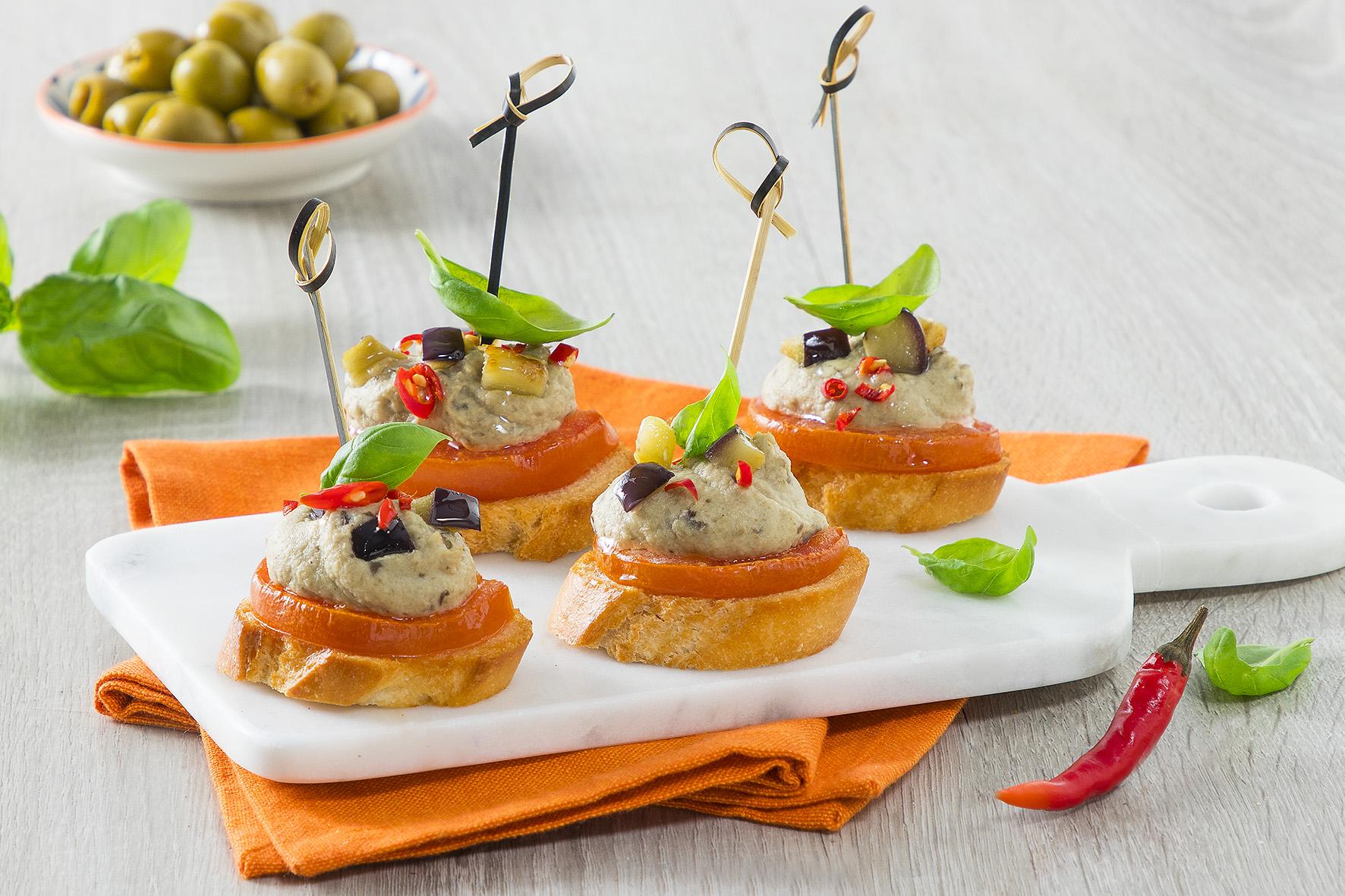 Crostini con mousse di melanzane e pomodori