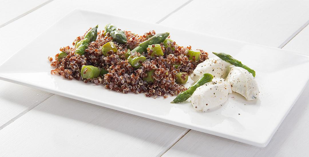 Insalata di quinoa rossa e asparagi con quenelle di formaggio