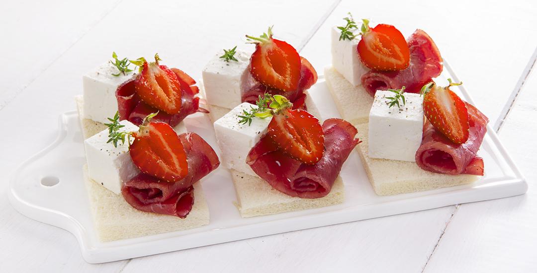 Tartine con quartirolo, fragole e bresaola