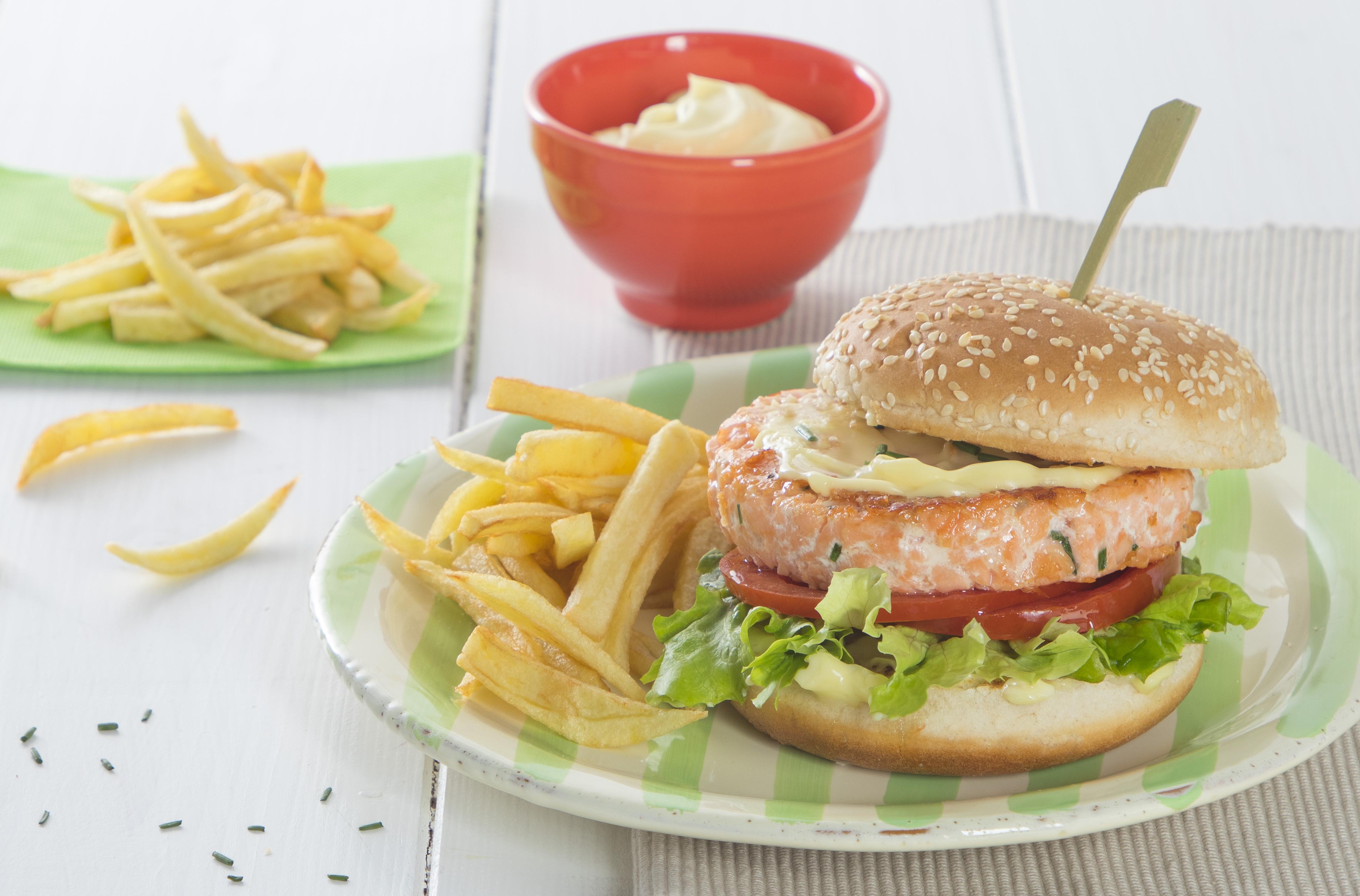 Burger di salmone con maionese e patatine