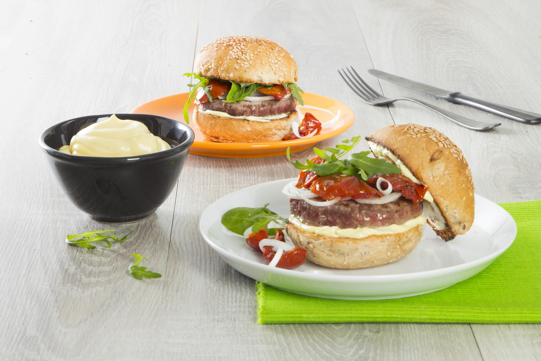 Burger di manzo con rucola e pomodorini secchi