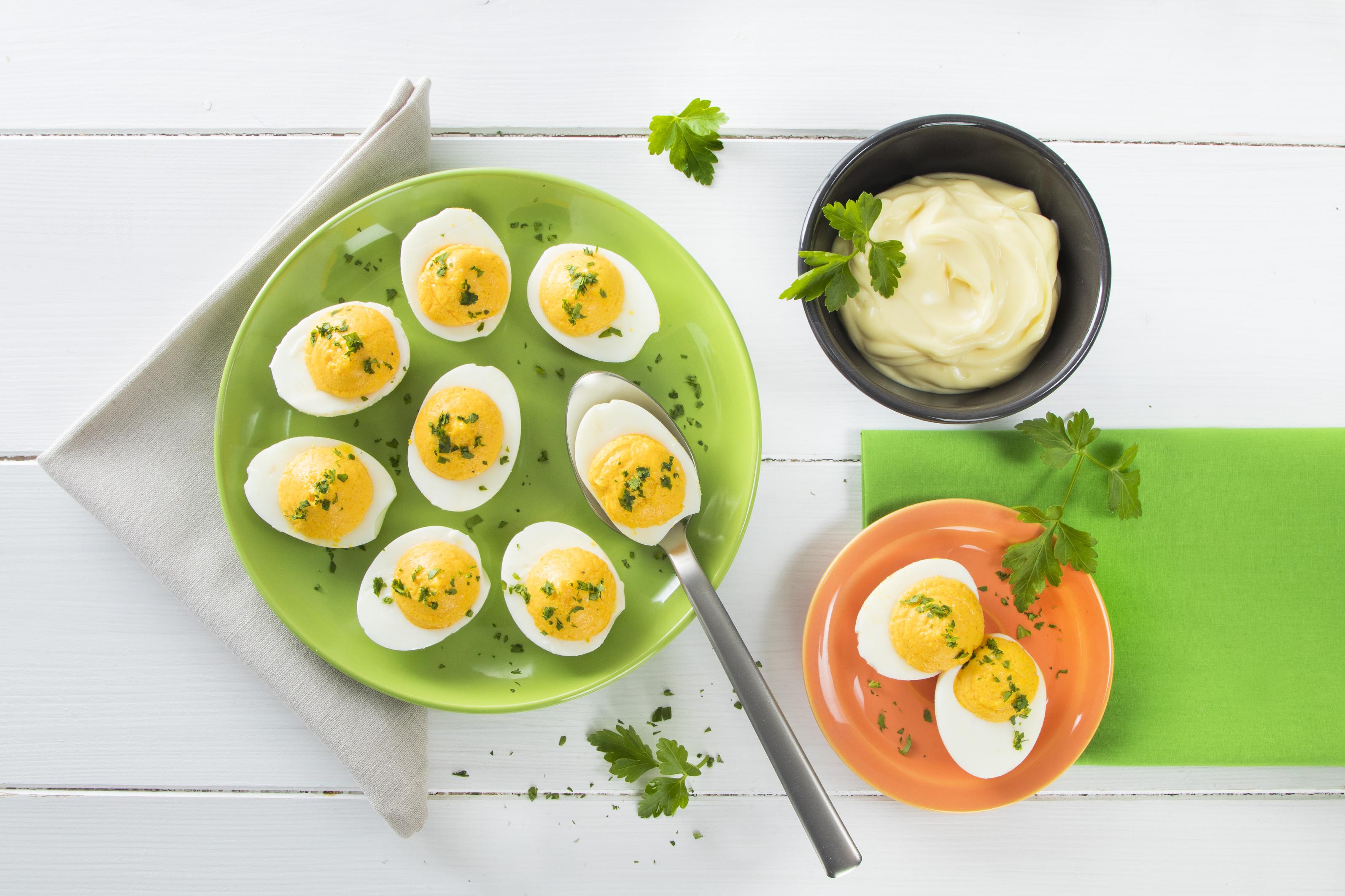 Uova ripiene di maionese e ricotta