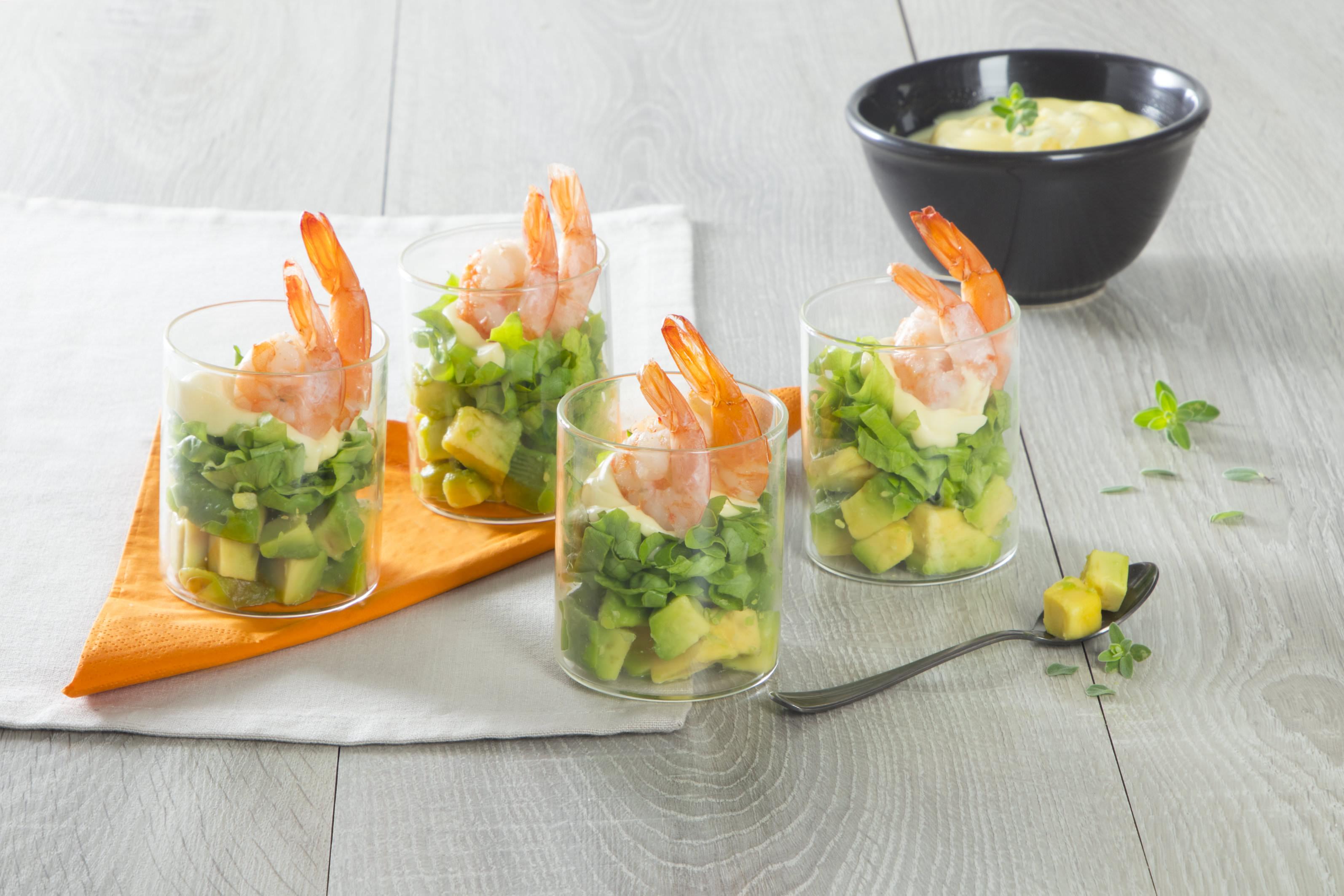 Bicchierini con avocado, maionese e gamberi
