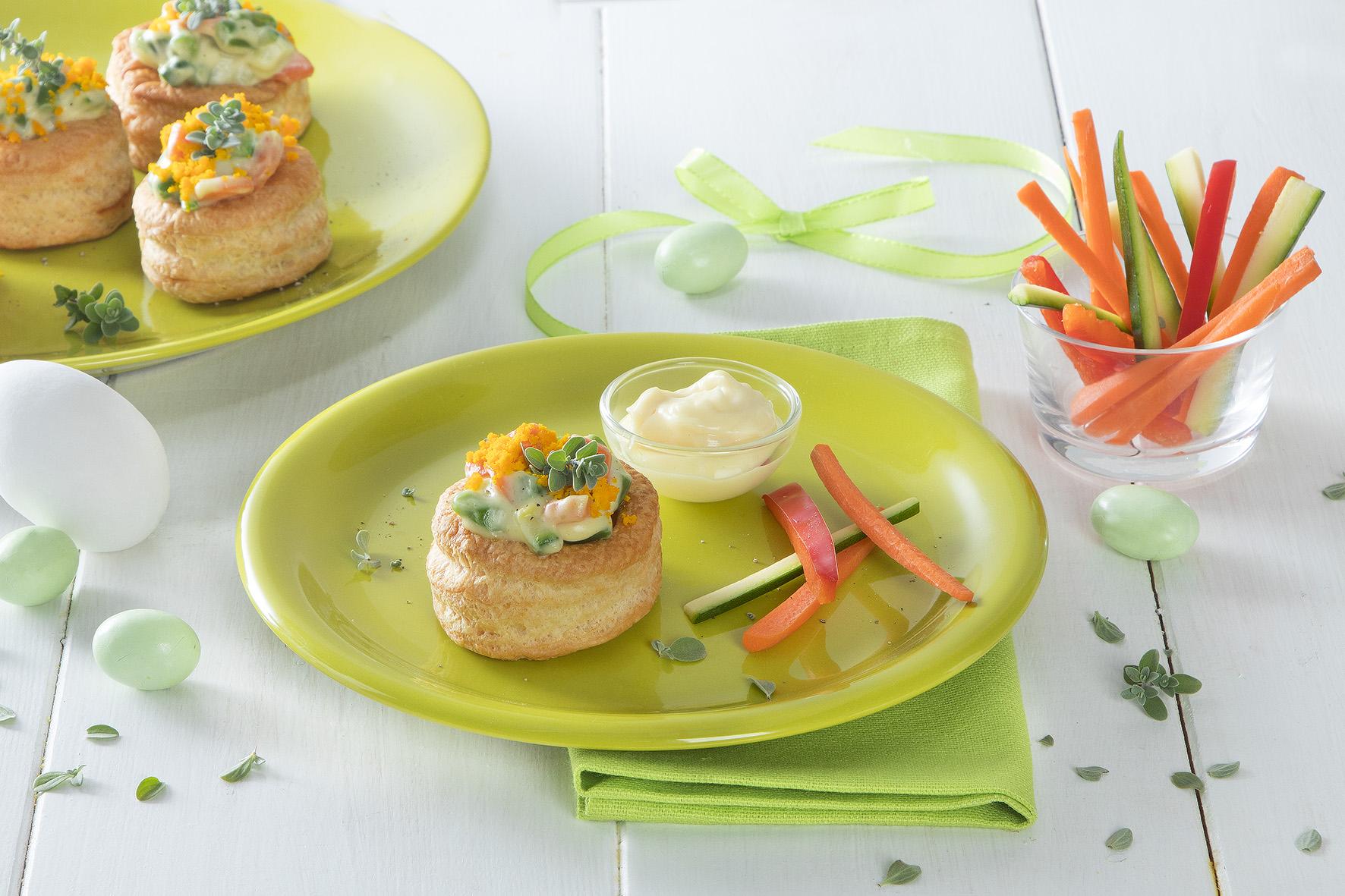 Vol-au-vent con maionese, verdure e mimosa di tuorlo d'uovo sodo