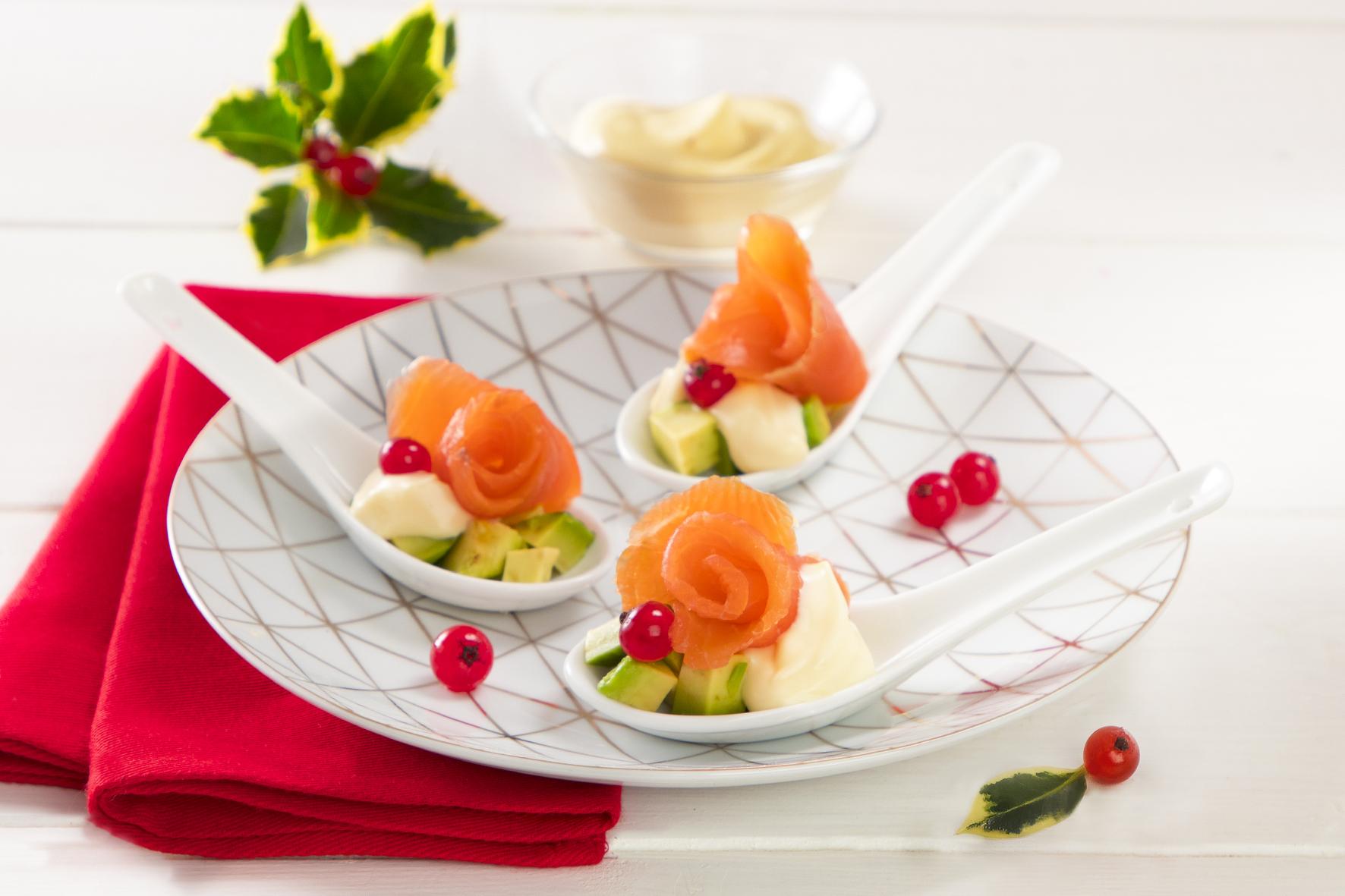 Finger food di salmone, maionese e avocado