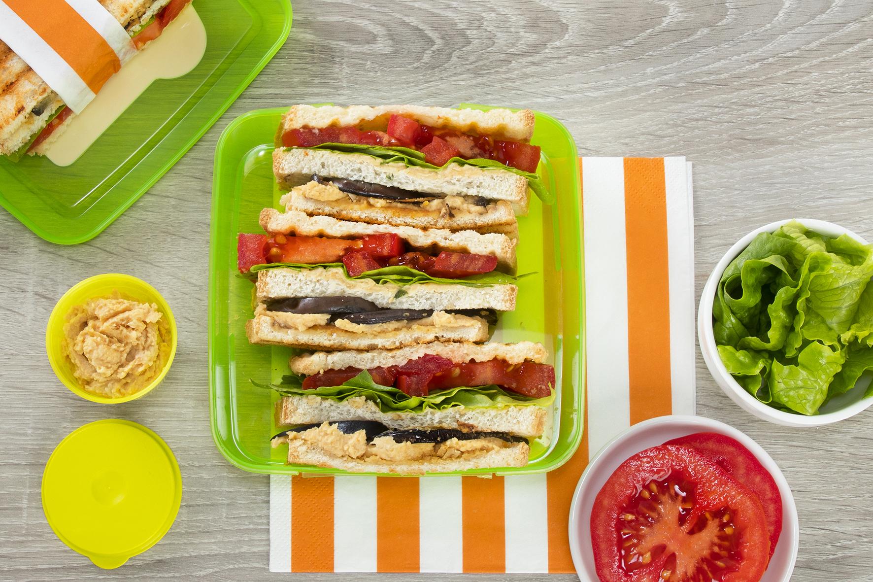 Toast con hummus e melanzane