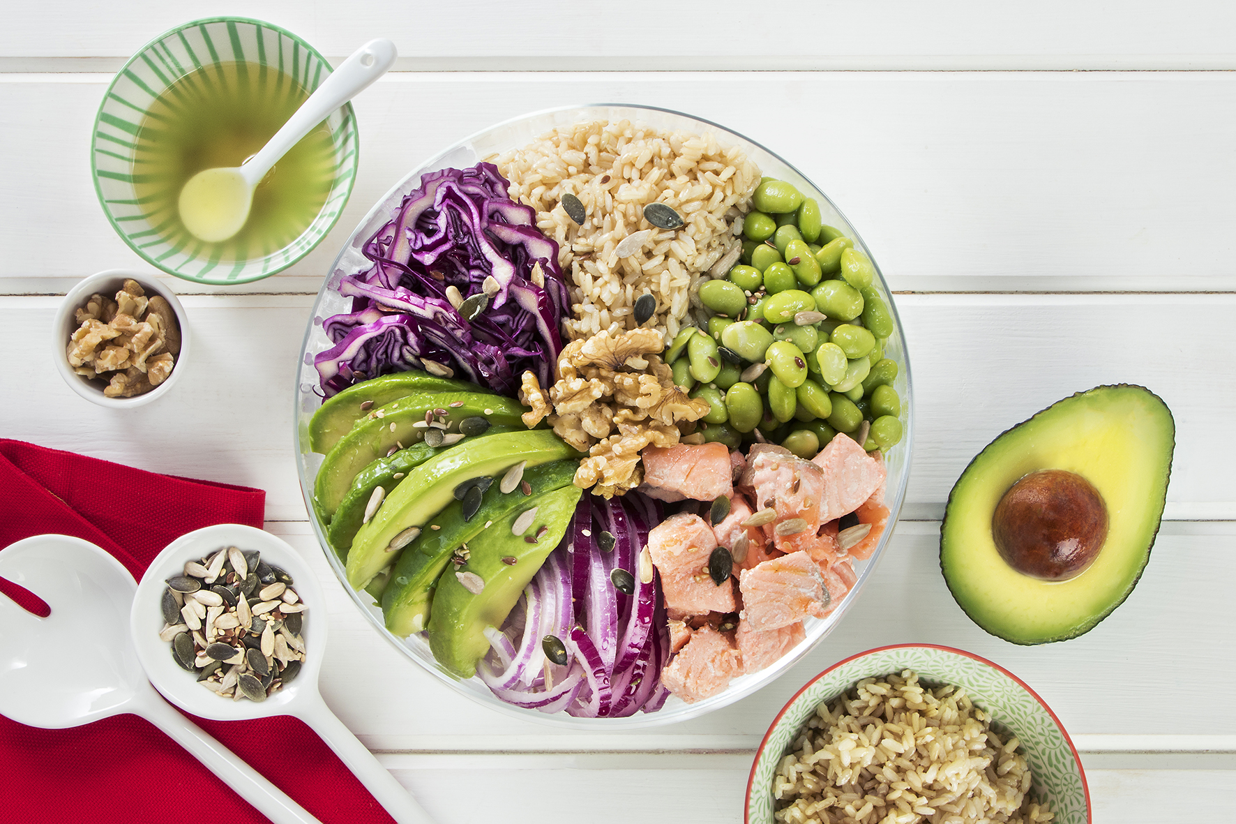 Buddha bowl con salmone, avocado, soia e semi misti