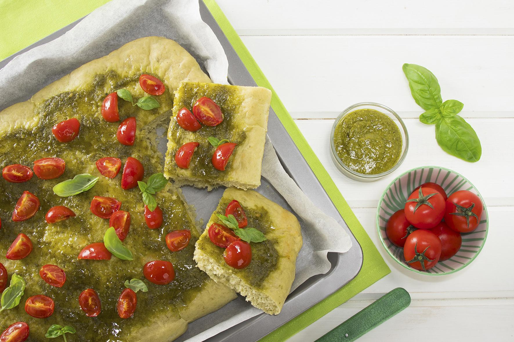 Focaccia al farro con pesto e pomodorini