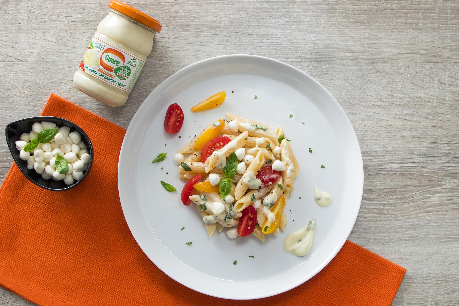 Pasta con mozzarella, pomodorini e maionese al basilico